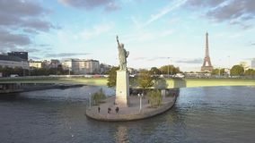 Lucht Parijs - 1283 Standbeeld van Vrijheid en de Toren van Eiffel Hommelschoten stock video