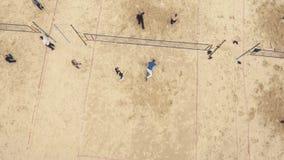 lucht Strandspeelplaats Mensen die basketbal, volleyball en badminton spelen stock footage