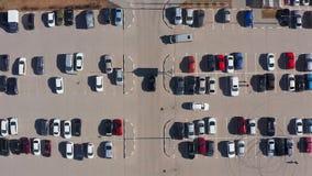 Lucht top-down mening van parkeerterrein dichtbij stadswandelgalerij stock videobeelden