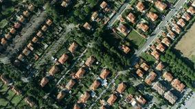 Lucht top-down schot van huizen en villa's in Rosignano Solvay, Itali? stock footage