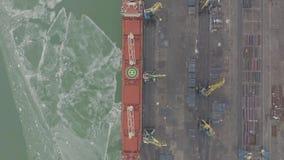 Lucht van de de lengtelading van 4k UHD de vrachtschip met werkende kraanbrug in scheepswerf voor Logistische Invoer-uitvoerachte stock videobeelden