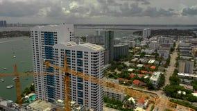 Lucht video het Strand baai-voorzijde van Miami flatgebouwen met koopflats en bouwkranen stock video