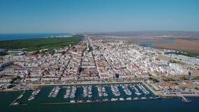 lucht Video van het dorp Vila Real Santo Antonio van Guadiana van de hemelrivier portugal stock footage