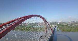 Lucht videofotografie van een grote rode Bugrinsky-brug stock video