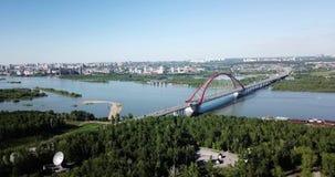 Lucht videofotografie van een grote rode Bugrinsky-brug stock footage