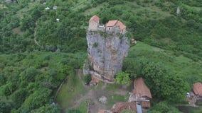 Lucht videokatskhi-pijler en de Orthodoxe Kerk op het, Georgië stock videobeelden