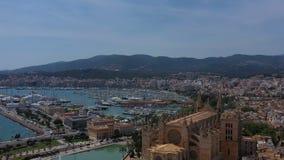 Lucht videolengte van palmade Mallorca kathedraal Het eilandcultuur van Spanje hommelmening stock videobeelden