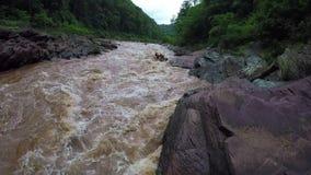 Lucht - volgt de rafting boot van Whitewater schot onderaan rivier in Thailand stock videobeelden