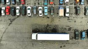 lucht Vrachtwagen in het parkeerterrein wordt geparkeerd dat stock foto's