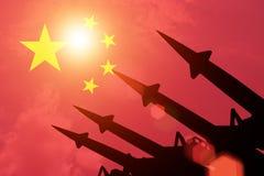 Luchtafweerrakettensilhouetten op achtergrond van de vlag van China Royalty-vrije Stock Afbeelding