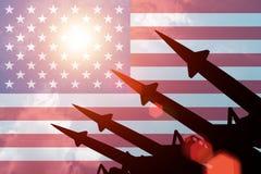 Luchtafweerrakettensilhouetten op achtergrond van de vlag van de V.S. Stock Afbeelding