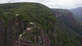 Luchtbaan van een vooruitzicht in de Blauwe Bergen, Leura, NSW, Australië stock footage