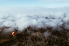 Luchtballon die in bewolkte hemel vliegen Royalty-vrije Stock Foto's