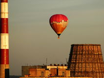 Luchtballon over de fabriek stock afbeelding