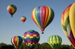 Luchtballonnen die of bij een ballooning festival stijgen lanceren royalty-vrije stock afbeeldingen