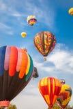 Luchtballonnen met blauwe hemel en wolkenachtergrond Stock Foto
