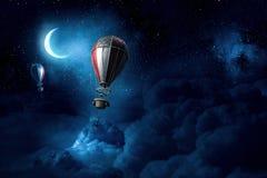 Luchtballons in avondhemel Royalty-vrije Stock Foto's
