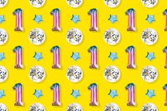 Luchtballons van nummer één en bal gestalte gegeven folie op pastelkleur roze achtergrond Minimalisticsamenstelling van metaalbal royalty-vrije stock foto's