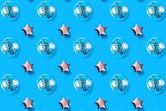 Luchtballons van ster en cirkel gevormde folie op pastelkleur roze achtergrond Minimalisticsamenstelling van metaalballon vakanti royalty-vrije stock foto