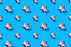 Luchtballons van ster gevormde folie op pastelkleur blauwe achtergrond Minimalisticsamenstelling van metaalballon De viering van  stock foto