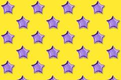 Luchtballons van ster gevormde folie op pastelkleur blauwe achtergrond Minimalisticsamenstelling van metaalballon De viering van  stock foto's