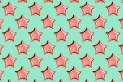 Luchtballons van ster gevormde folie op pastelkleur roze achtergrond Minimalisticsamenstelling van metaalballon De viering van de stock afbeelding