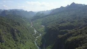 Luchtbeeld tropisch hoogland met rivierweg in canion stock video
