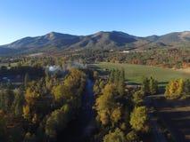 Luchtbeelden van Vreedzame Noordwesten Landelijke Landbouwbedrijven, Rivieren en eindeloze Forrests oregon stock foto