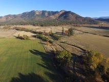 Luchtbeelden van Vreedzame Noordwesten Landelijke Landbouwbedrijven, Rivieren en eindeloze Forrests oregon stock foto's
