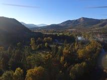 Luchtbeelden van Vreedzame Noordwesten Landelijke Landbouwbedrijven, Rivieren en eindeloze Forrests Zuidelijk Oregon stock fotografie