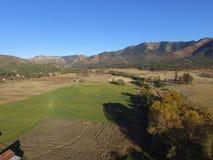 Luchtbeelden van Vreedzame Noordwesten Landelijke Landbouwbedrijven, Rivieren en eindeloze Forrests Zuidelijk Oregon stock afbeelding