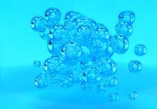 Luchtbellen in blauw water Stock Afbeeldingen