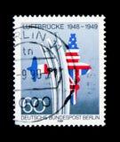 Luchtbrug de Herdenkings, verenigde V.S. & Britse vlaggen die vliegtuig, Berlijn vormen royalty-vrije stock foto's