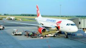 Luchtbus A 319 in de luchthaven van Praag Royalty-vrije Stock Foto