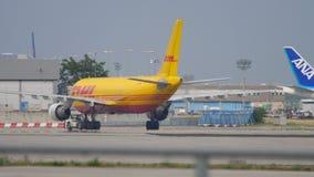 Luchtbus 310 airfreighter het slepen stock videobeelden
