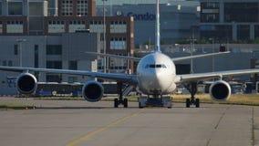Luchtbus 340 die aan de dienst slepen stock video