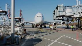 Luchtbus A380 die bij de Luchthaven van Zürich aankomen stock footage