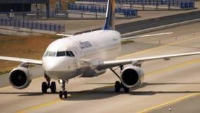 Luchtbus A320 die na het landen taxi?en stock videobeelden