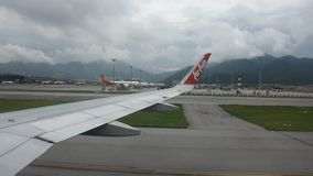 Luchtbus die op baan in Hong Kong International Airport in Hongkong China landen stock footage