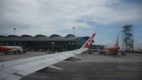 Luchtbus die op baan in Hong Kong International Airport in Hongkong China landen stock video
