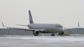 Luchtbus A321 die op het tarmac bij de luchthaven van Moskou, Rusland taxi?en stock videobeelden