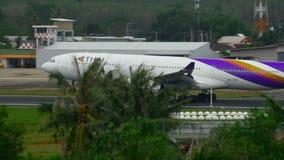 Luchtbus 330 die in Phuket landen stock footage