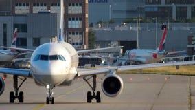 Luchtbus 320 die taxi?en stock video