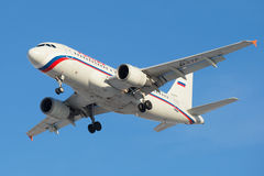 Luchtbus A319-112 EI-ETP van luchtvaartlijn Rusland alvorens in Pulkovo-luchthaven te landen Stock Foto