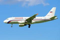 Luchtbus A319-112 EI-EZD van de luchtvaartlijn ` die Rusland ` in Pulkovo-luchthaven landen Meningsprofiel Royalty-vrije Stock Foto