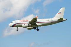 Luchtbus A319-112 EI-EZD van de luchtvaartlijn Rusland alvorens in Pulkovo-luchthaven te landen Meningsprofiel Royalty-vrije Stock Afbeelding