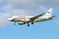 Luchtbus A319-112 EI-EZD van de luchtvaartlijn Rusland op definitieve benadering Royalty-vrije Stock Fotografie