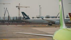 Luchtbus A350 het taxi?en stock footage