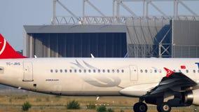 Luchtbus A321 het taxi?en stock footage