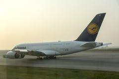 Luchtbus A380 in Lufthansa die op start wachten Royalty-vrije Stock Afbeelding